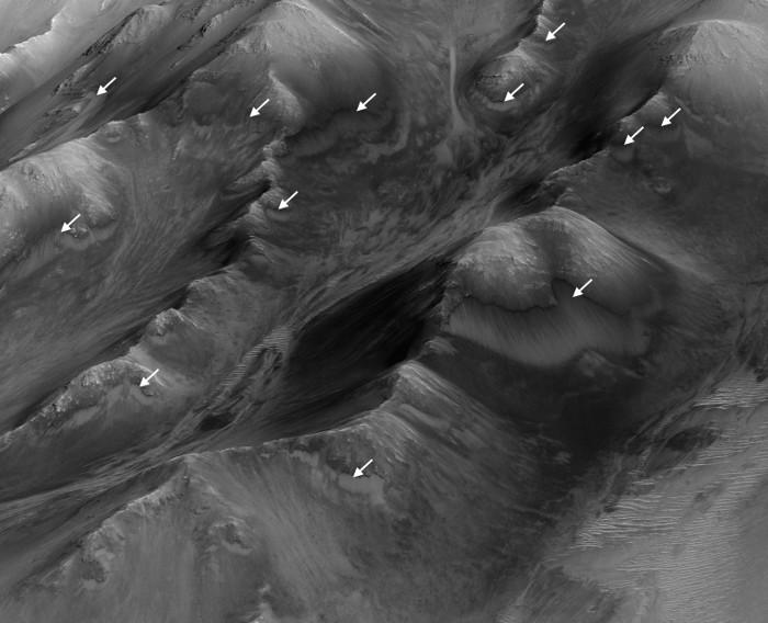 Vệt chất lỏng này tạo ra những vệt đen khác biệt, đặc thù so với bề mặt xung quanh.