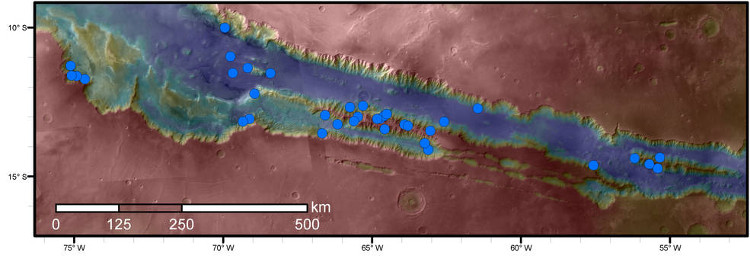 RSL được phát hiện ngay gần sườn núi Sharp, sao Hỏa.