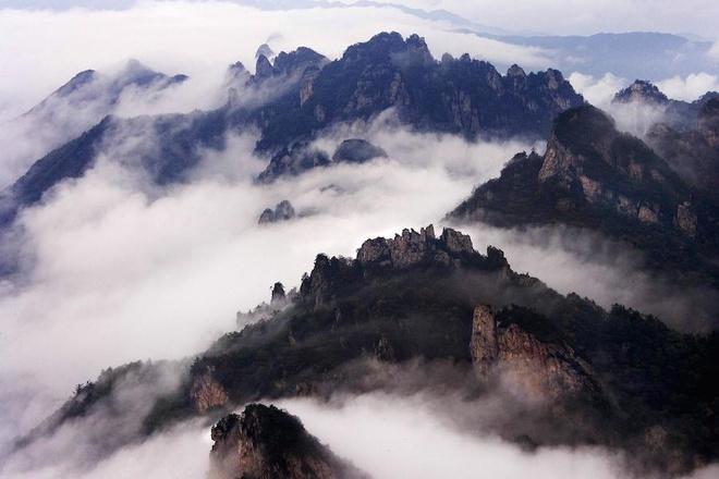 Để lên đến đỉnh, du khách có thể ngồi cáp treo 17 phút hoặc thử sức bền với con đường mòn dài 10 km