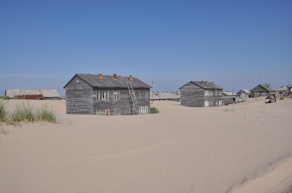 Làng Shoyna còn gần như hoàn toàn biệt lập với bên ngoài. Cách duy nhất đến đảo là bằng đường thuỷ hoặc đi máy bay.