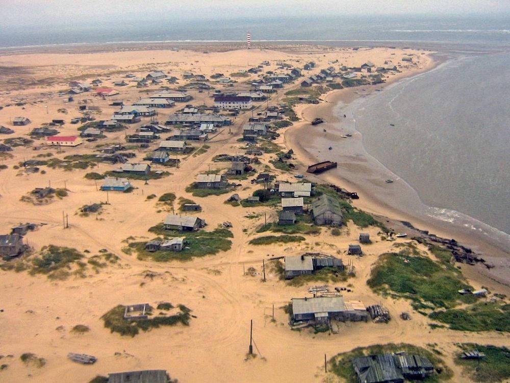 Gió thường thổi cát thành đồi rồi bao vây lấy những ngôi nhà trong làng.