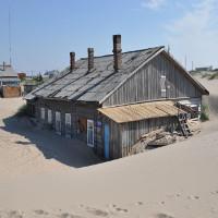 Kỳ lạ ngôi làng chìm trong biển cát