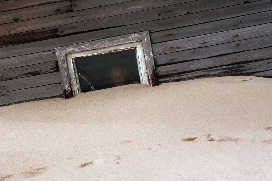Thế nhưng hiện tại hơn một nửa ngôi làng đã bị cát nhấn chìm.