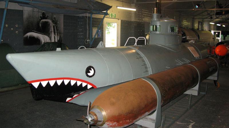 Biber, một tàu ngầm của Hải quân Đức trong Chiến tranh thế giới thứ hai, được trang bị hai ngư lôi gắn bên ngoài.