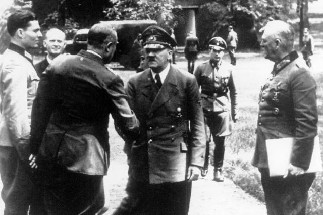 Đại tá Stauffenberg ngoài cùng bên trái, gặp Hitler tại căn cứ tư lệnh khu Rastenburg.