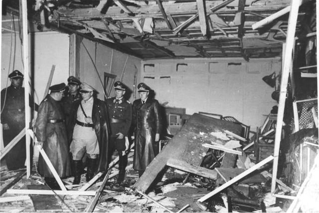 Phòng họp doanh trại sau vụ nổ, Hitler không chết mà chỉ bị thương nhẹ.