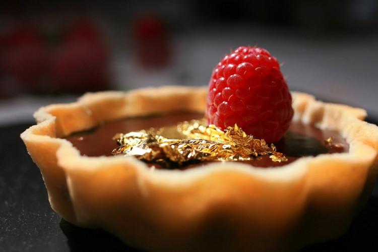 Một miếng bánh trị giá tới 70 USD (hơn 1,5 triệu đồng) chỉ nhờ những lá vàng 24k rắc phía trên.