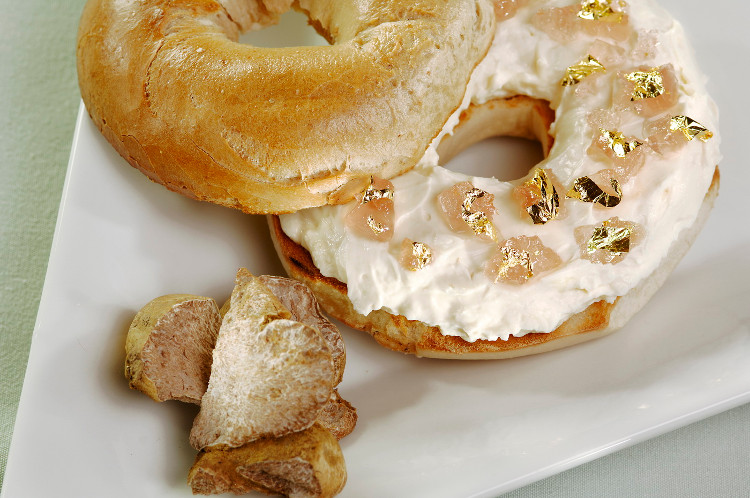 Chiếc bánh mỳ vòng phủ lớp kem hảo hạng.