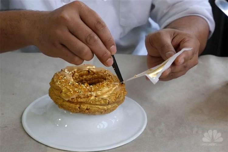 Bạn nên cân nhắc trước khi có ý định thử một món ăn dát vàng.