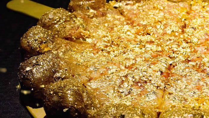 Pizza phủ vàng - bạn có muốn thử không?