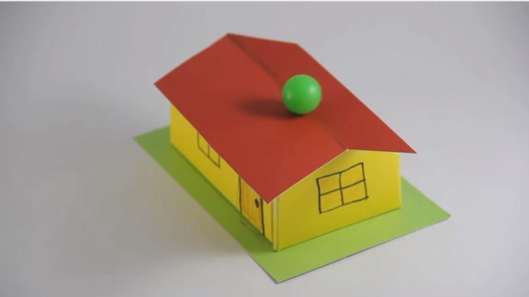 Quả bóng này được đặt trên nóc mái nhà và nó không lăn xuống.