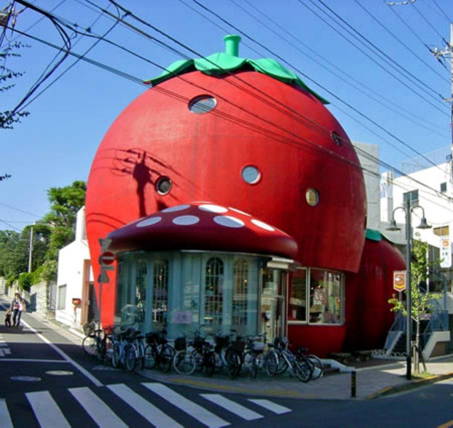 Sanrio Strawberry House được xây dựng vào năm 1984 (Denenchofu, Tokyo, Nhật Bản) là một trong những trung tâm mua sắm đầu tiên của Tokyo dành cho trẻ em, nơi đây các mô hình đồ chơi đều mô phỏng theo hình quả dâu.