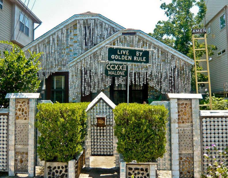 Nhà bia: Căn nhà tràn ngập bởi vỏ lon và chai bia rỗng này tọa lạc tại Houston, Hoa Kỳ. Người có ý tưởng xây dựng căn nhà này là ông John MMilkovisch. Chỉ mới ở mặt tiền, ngôi nhà này đã có hơn 50.000 vỏ lon bia.