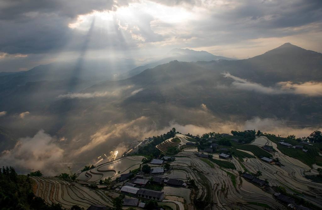 Đứng từ trên đỉnh núi, tìm một chỗ nhìn đẹp mà phóng tầm mắt ra xa, bạn sẽ trông thấy những thửa ruộng xếp liền thành ngọn núi, uốn lượn như những đường vân đất.