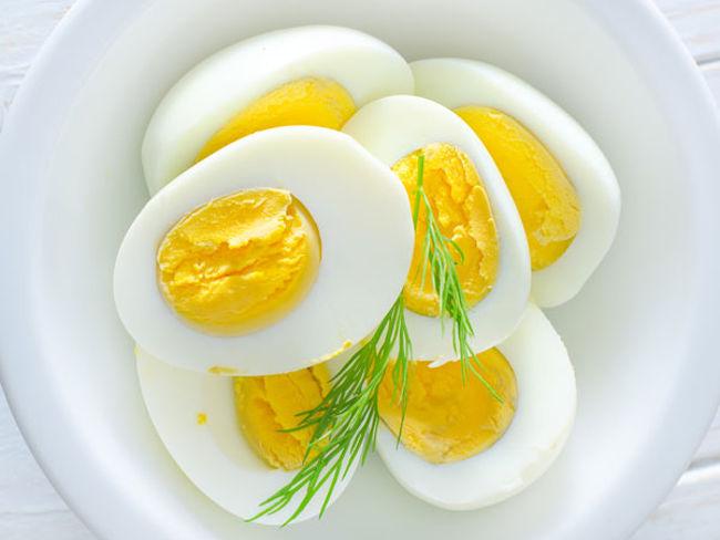 Cơ bắp cần protein để sửa chữa các sợi cơ bị tổn thương trong quá trình tập luyện. Vì vậy, bạn ăn trứng hàng ngày hoặc tìm một nguồn protein để cung cấp cho cơ thể khi tập chống đẩy.