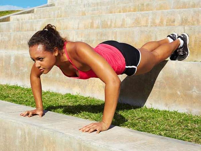 Sau khi đạt đến mốc 100 lần chống đẩy thì bạn nên bắt đầu thay đổi tốc độ.