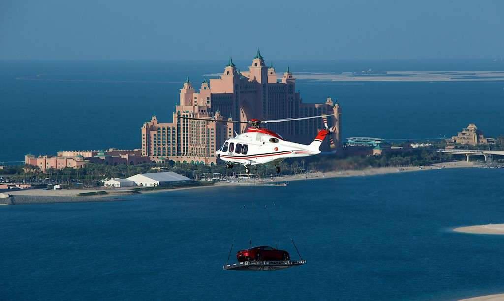Dùng trực thăng để chuyển ô tô trong trường hợp kẹt xe