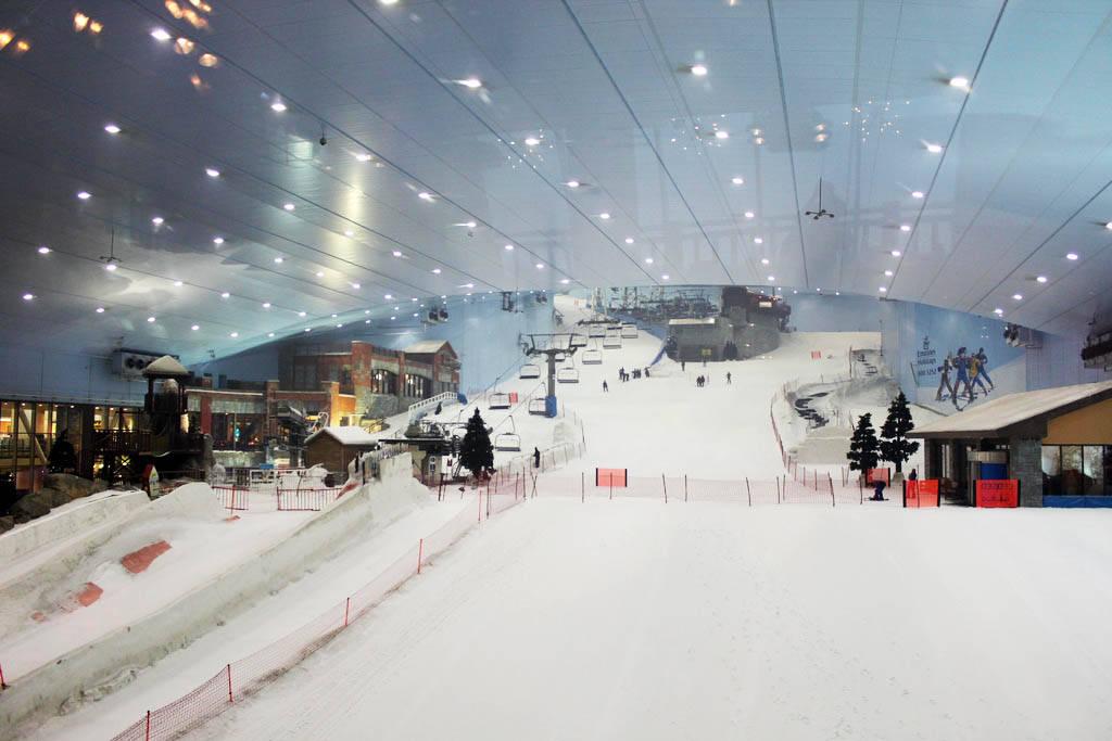 Dubai nằm ngay trong sa mạc Ả Rập, Dubai tự xây riêng khu trượt tuyết để có thể trượt quanh năm.