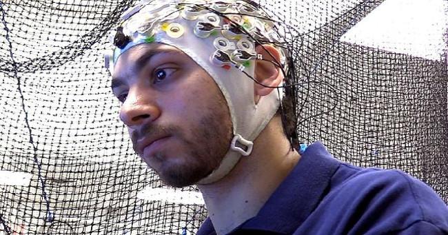 Mũ đội đầu với 128 điện cực đọc sóng não sẽ truyền mệnh lệnh tới máy tính.