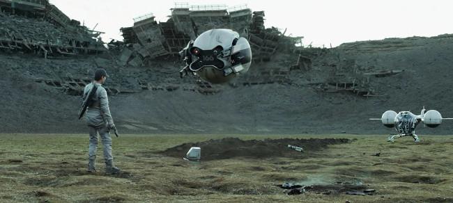 Con người và thiết bị bay không người lái trong phim khoa học viễn tưởng Oblivion