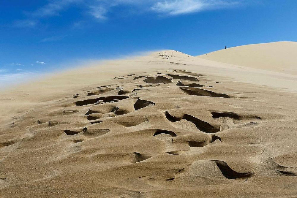 Khi thời tiết khô ráo, cát bắt đầu cất tiếng. Tiếng hát không liên tục. Mỗi bài chỉ kéo dài vài phút.