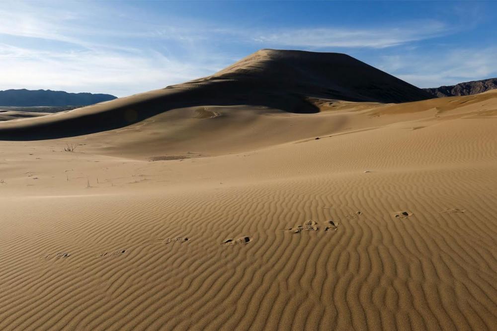 Cách tốt nhất để nghe tiếng cát hát là trèo lên đỉnh đồi và trượt xuống.