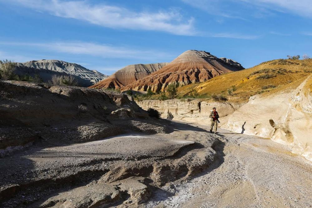 Trên thực tế, âm thanh phát ra do các hạt cát cọ vào nhau.