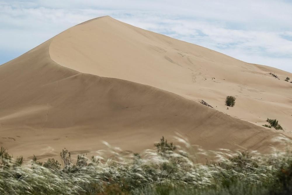Đồi cát biết hát này cao 150m và dài 3km.