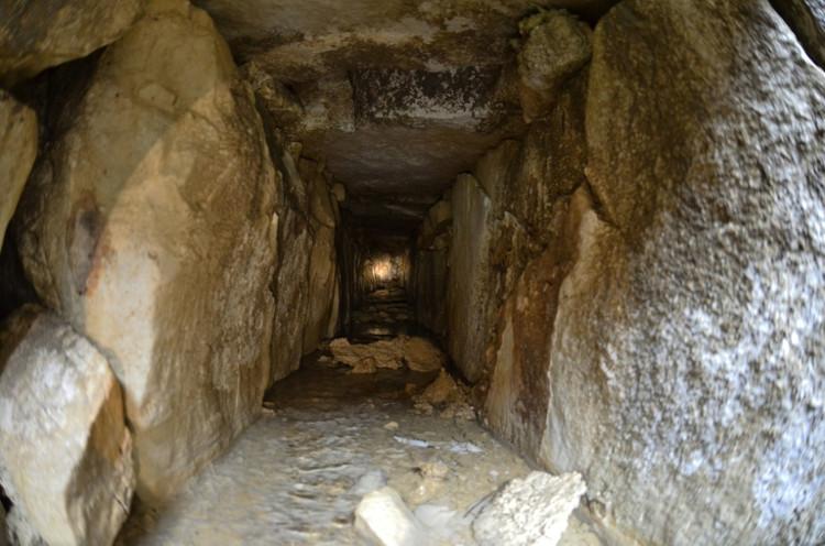 Đường ngầm bên dưới ngôi đền Inscriptions, được cho là đường dẫn tới cõi âm.