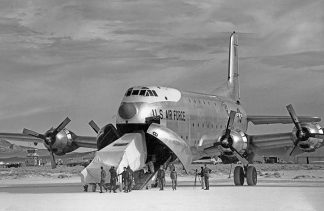 Chiếc máy bay tàng hình đầu tiên mật danh U-2 được đưa đến thử nghiệm tại Vùng 51.