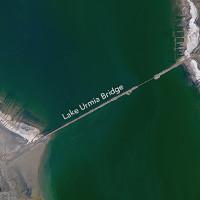 Hồ nước mặn Iran chuyển sang màu đỏ như máu