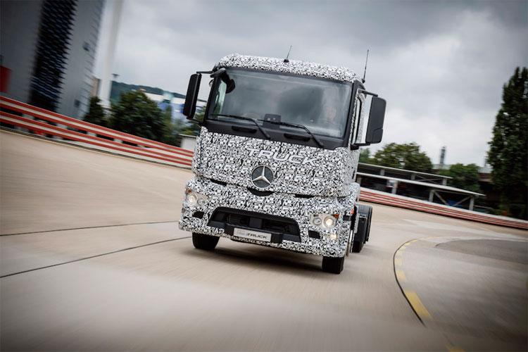 Phải chờ chừng 10 năm nữa mới thấy được những chiếc xe tải nặng chạy điện đầu tiên của Mercedes-Benz chính thức chạy trên đường.