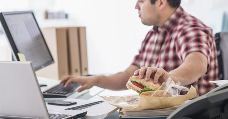 Vừa ăn vừa xem ti vi hay ăn ngay tại bàn làm việc có thể khiến bạn tăng cân nhanh chóng.