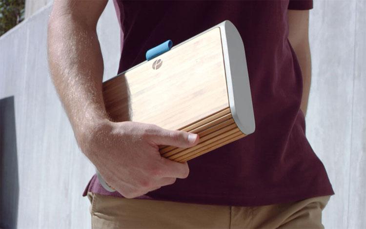 Chiếc hộp này có kích thước 24,1 x 18,5 x 5,3cm.