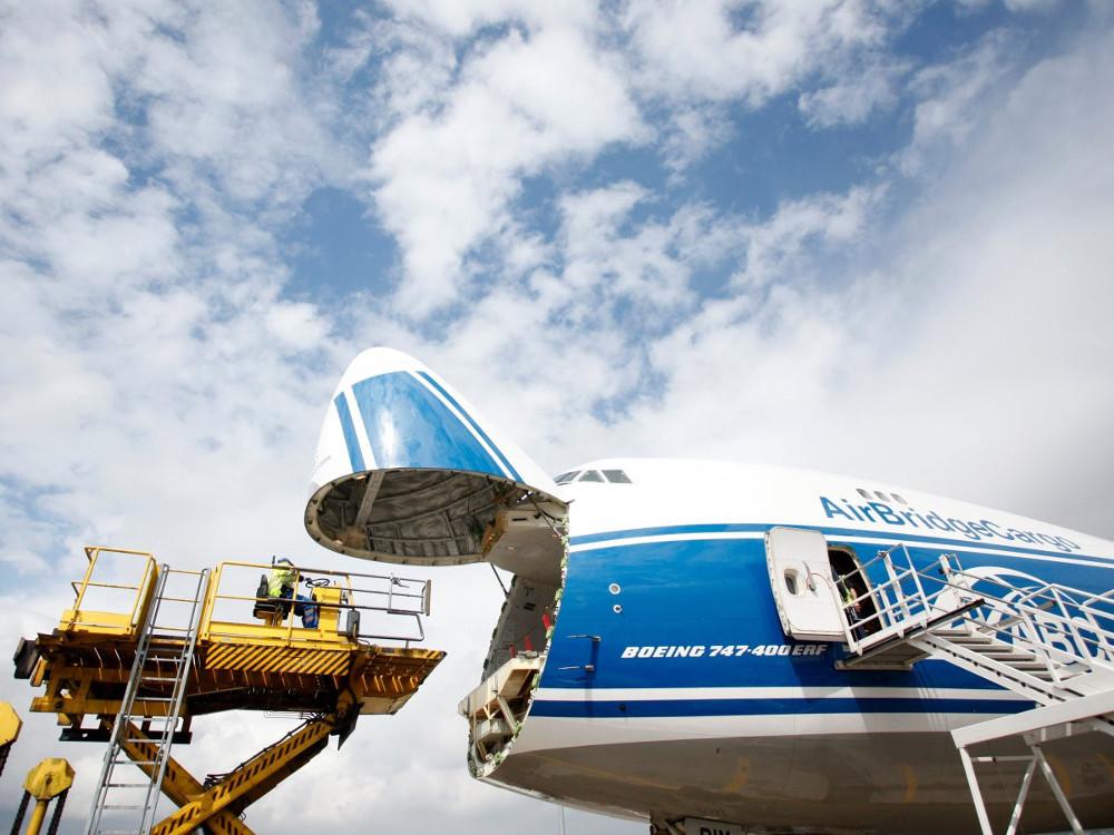 ...và máy bay chuyên chở hàng hóa.