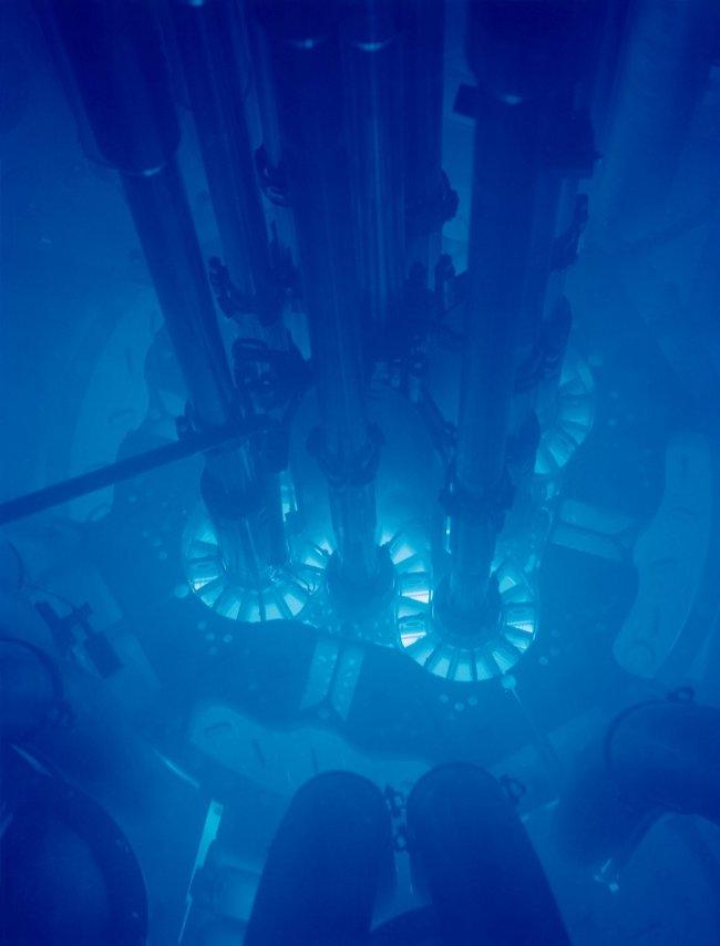 Bức xạ Cherenkov trong lò phản ứng hạt nhân.