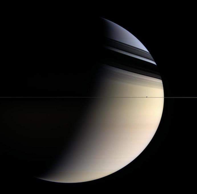 Vành Đai Sao Thổ mỏng đến mức khi chụp ngang, chúng dường như biến mất.