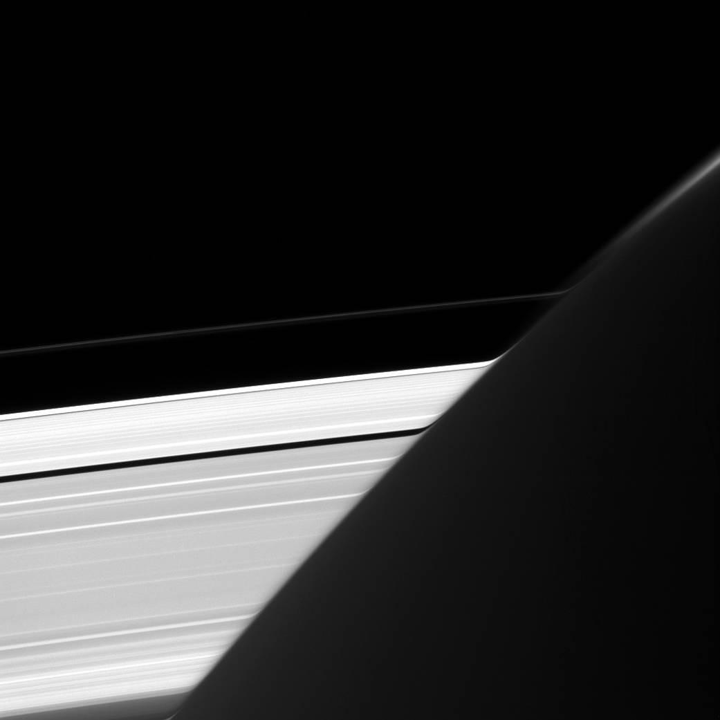 """""""Thợ chụp ảnh"""" Cassini của chúng ta đã chụp bức ảnh này từ khoảng cách 1,8 triệu km."""