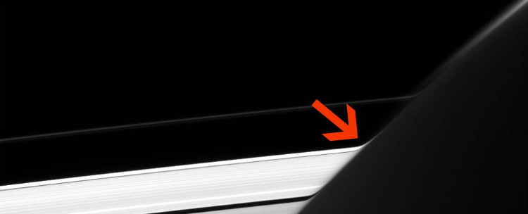 Vành đai A và vành đai F của Sao Thổ bị bẻ cong.