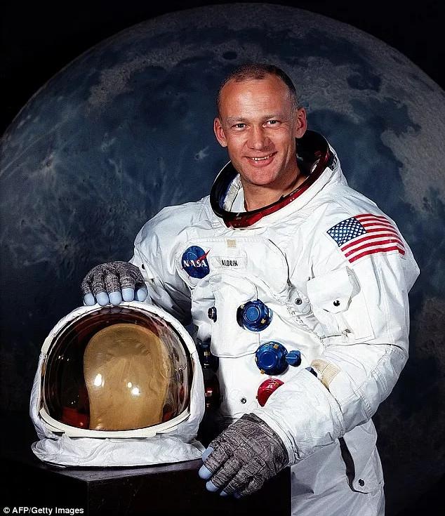 Phi hành gia Buzz Aldrin.