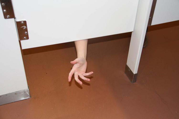 Lỡ giấy vệ sinh bên phòng bạn có hết thì cũng có người tiếp tế với thiết kế toilet hở trên và dưới như này.