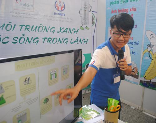Sinh viên Hà Minh Trí, giới thiệu ý tưởng của nhóm tại cuộc thi Holcim Prize 2016.