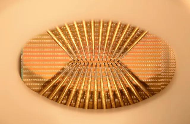 Một mẫu thử của con chip sẽ được sử dụng để gắn vào bảng mạch, mỗi một hình vuông nhỏ là một neuron nhân tạo.