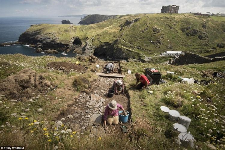 Các nhà khảo cổ học đang khai quật các di tích khảo cổ tại lâu đài Tintagel.