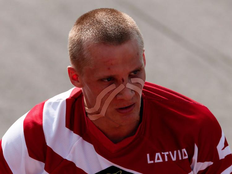 Không rõ những băng dính này có giúp Edzus Treimanis giành chiến thắng trên chiếc BMX của mình hay không...