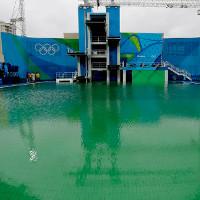 Đã tìm ra lý do vì sao bể bơi Olympic chuyển thành màu xanh chỉ sau 1 đêm