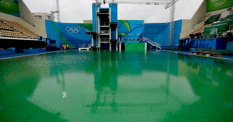 Sau 1 đêm, nước ở hồ bơi đổi thành màu xanh lá cây.