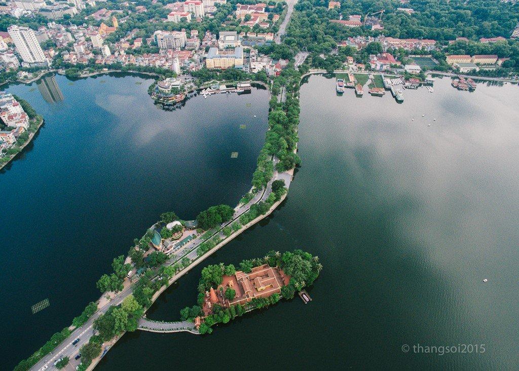 Hồ Tây, hồ Trúc Bạch và đường Thanh Niên của thủ đô Hà Nội.
