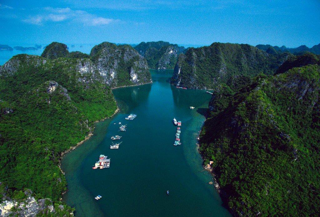 Vịnh Hạ Long (Quảng Ninh) - di sản và là kỳ quan thiên nhiên thế giới.