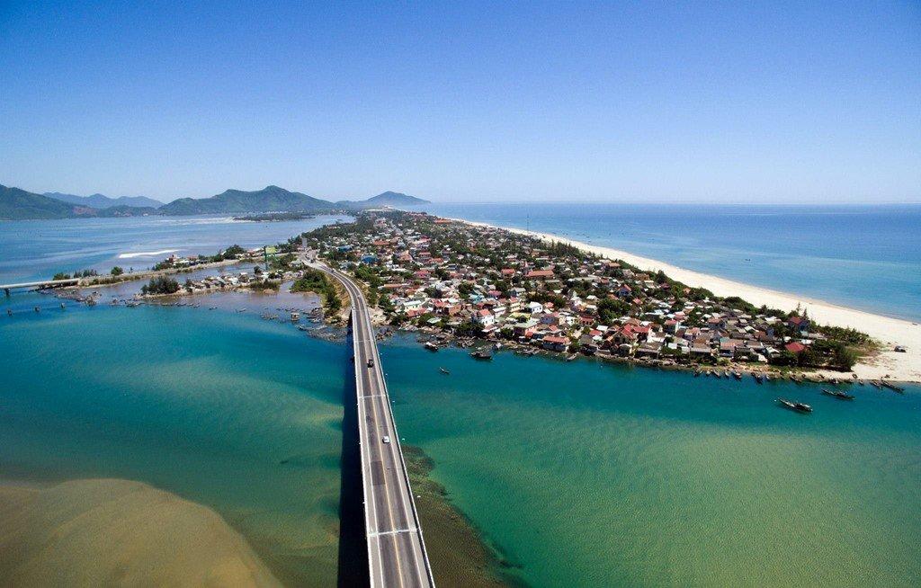 Lăng Cô (Huế) - địa danh du lịch hấp dẫn với bãi cát đẹp và mịn, cách thành phố Huế 70km về phía nam.